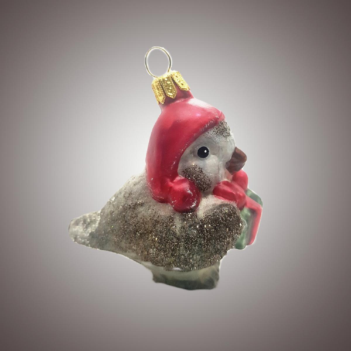 Птичка в красной шапочке с подарком